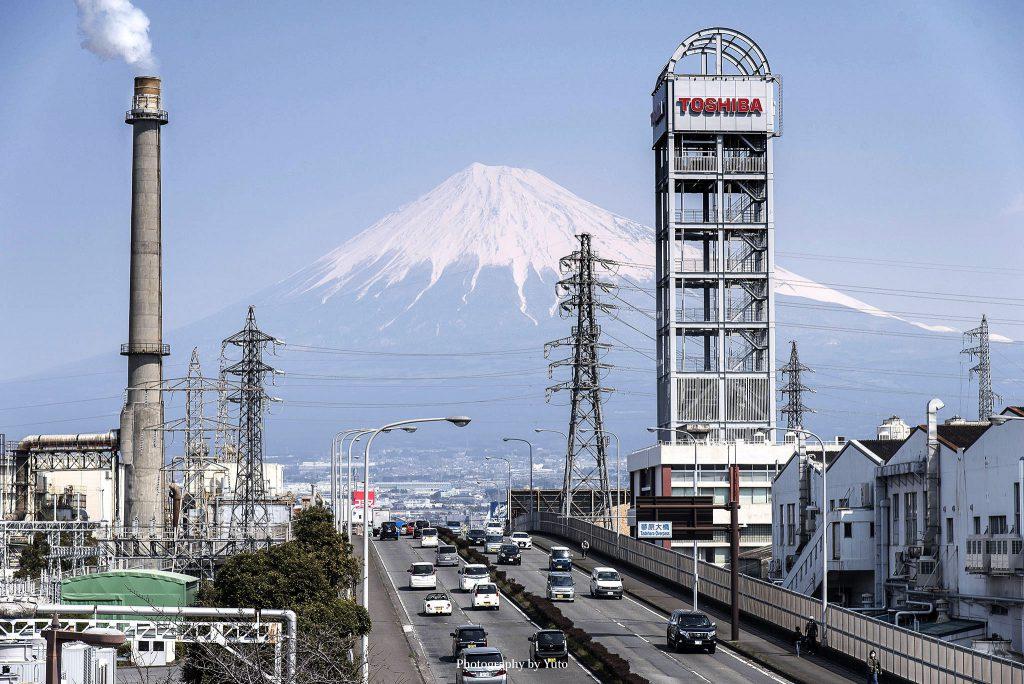 富士山と富士市の街並(静岡県富士市)